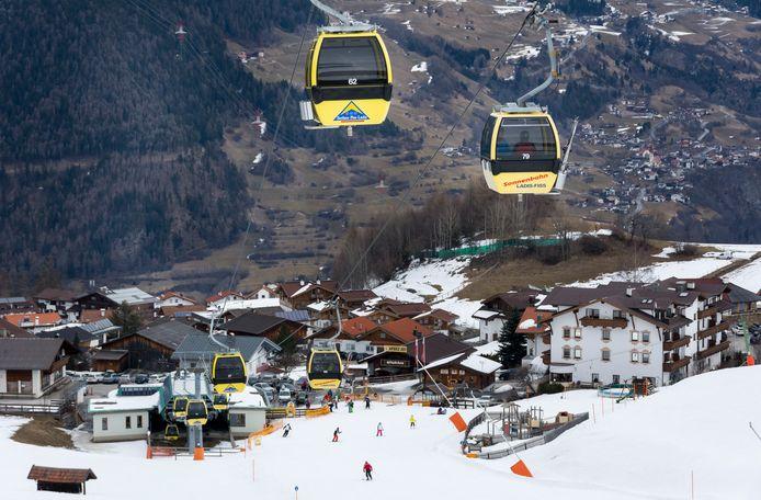 Uitzicht op het Oostenrijkse wintersportdorp Ladis.