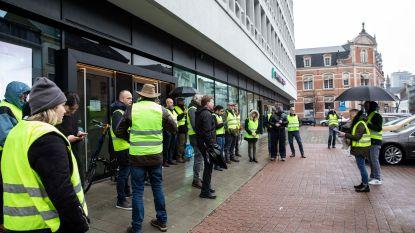 Vijftig 'gele hesjes' flyeren en voeren actie tegen de banken
