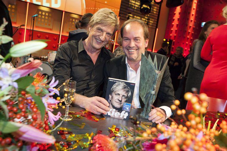 Michel van Egmond en Wim Kieft met het boek Kieft tijdens de bekendmaking van de NS Publieksprijs 2014. Beeld ANP