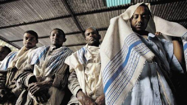 Ethiopische Joden in gebedstenu. Veel Ethiopische christenen beweren van Joodse komaf te zijn. Volgens Jits van Straten is 'Jood' als etnische aanduiding een mythe. (FOTO AP) Beeld