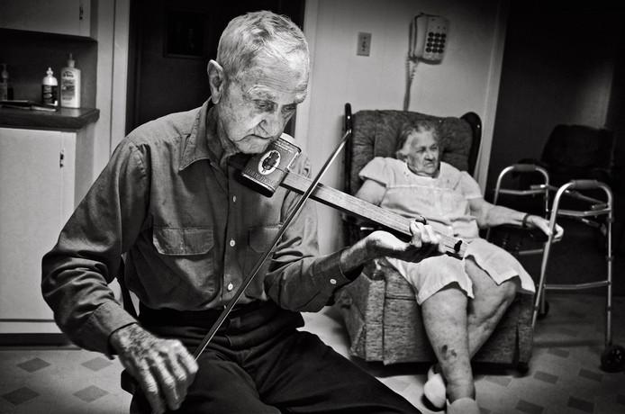 Milton en Odile Vanicor (Welsh, 2008). Milton speelt een zelfgebouwde viool. Voor dit soort instrumenten gebruikt hij de doosjes van een vast merk sigaren.