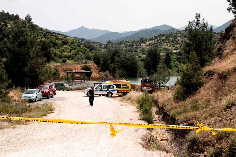 Onderzoekers bij een andere vermoedelijke dumpsite; het Memi-meer in Xyliantos.