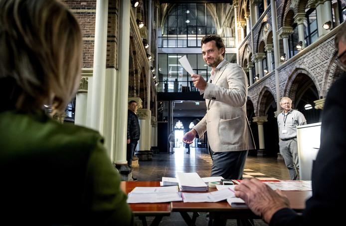 Forum voor Democratie-leider Thierry Baudet brengt zijn stem uit voor de Europese verkiezingen op het stembureau in de Posthoornkerk.