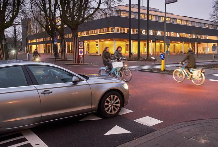 De fietsersoversteekplaats op de Raadhuislaan tegenover het gemeentehuis in Oss blijkt gevaarlijk.