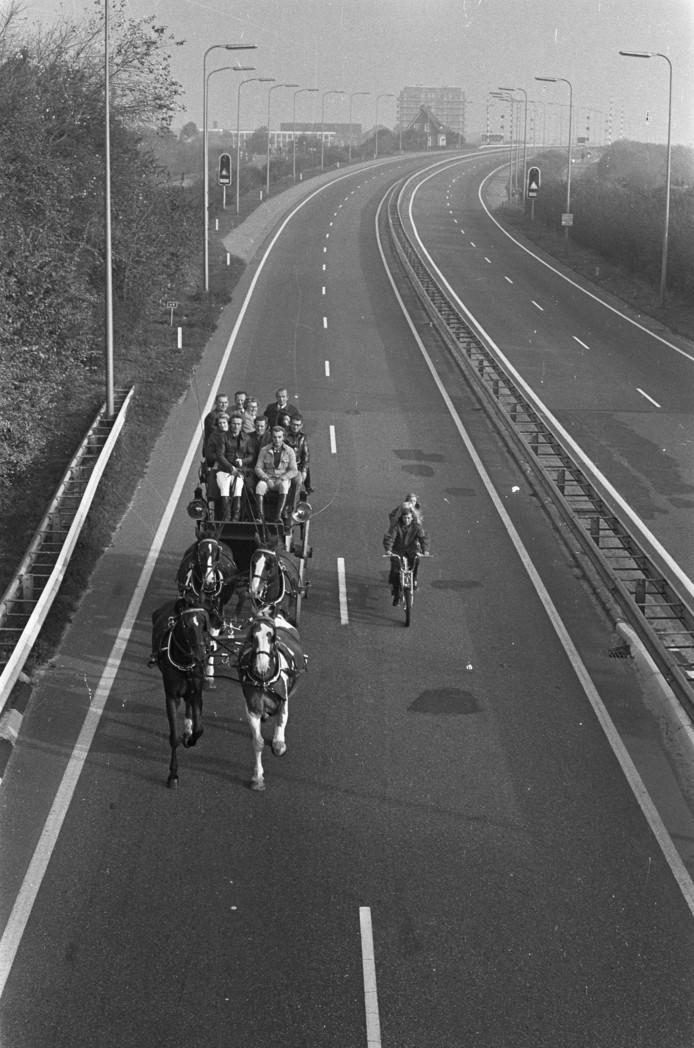 Autoloze zondag in verband met de olieboycot. Een postkoets rijdt op de snelweg, begeleid door een fietser. 4 november 1973 FOTO: ANEFO