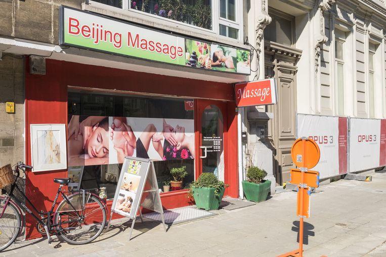 Het aantal massagesalons groeit de laatste jaren als kool. Ook in de Quelinstraat en ...