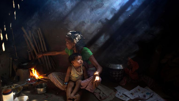 Archieffoto: een vrouw kookt in Gauhati, India. Beeld AP