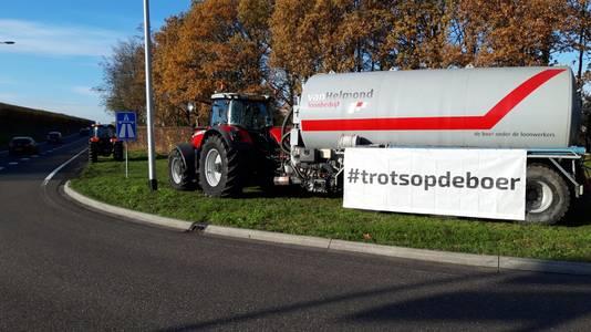 Melkveehouder Peter van Bussel staat met tractor bij A67 in Asten.