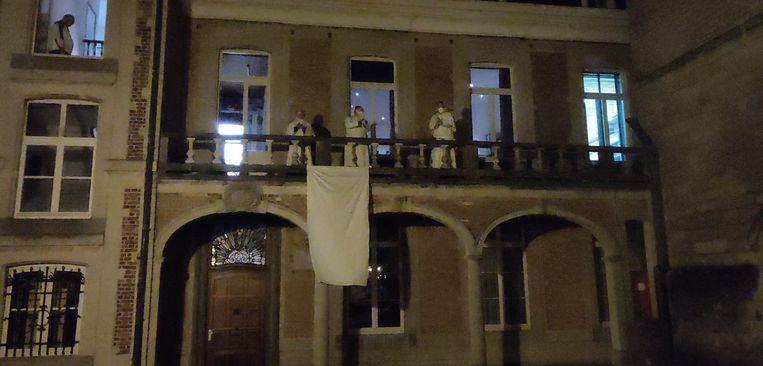 Norbertijnen applaudisseren op het balkon.