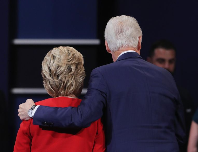 Hillary en Bill Clinton na afloop van het debat. Beeld null