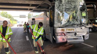 Schoolbus betrokken bij ongeval op Antwerpse Ring: veel scherven, geen gewonden