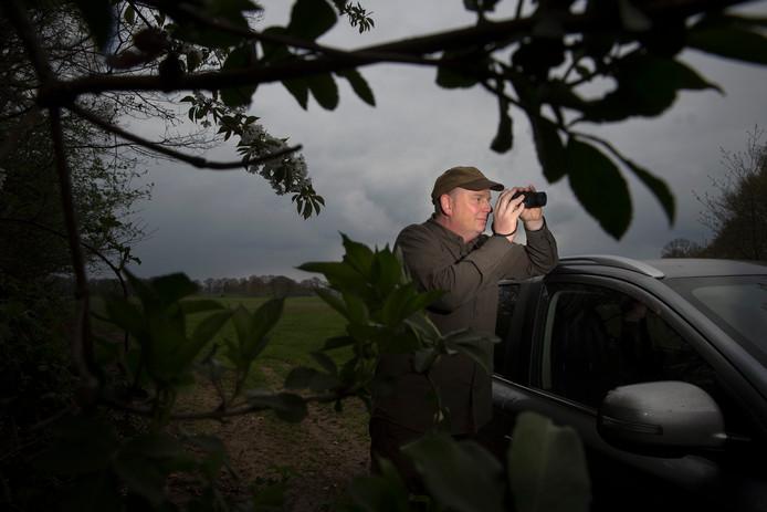 Mike Hoog Antink is jager, maar helpt ook met reewildtelling. Dit keer is er ook geteld met een warmtebeeldcamera, waardoor je dieren ook in het donker kunt zien en nauwkeuriger kunt tellen.