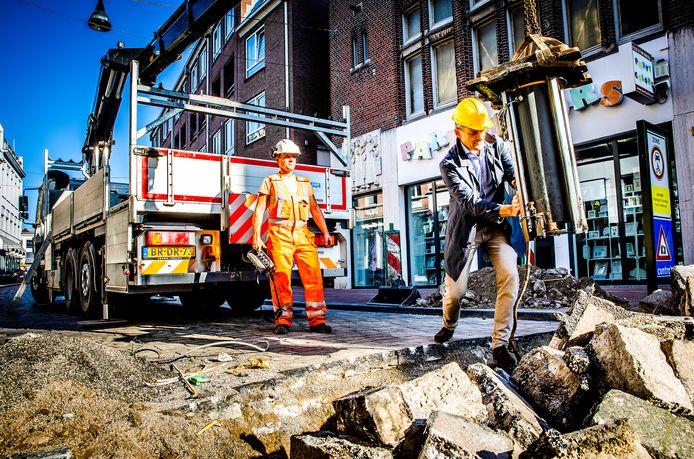 De eerste poller wordt verwijderd door wethouder Rick van der Linden in de Visstraat in het centrum van Dordrecht.