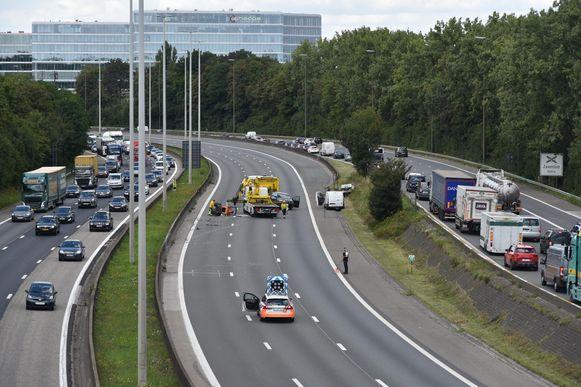 Bij het ongeval zijn een bestelwagen en een aanhangwagen betrokken.