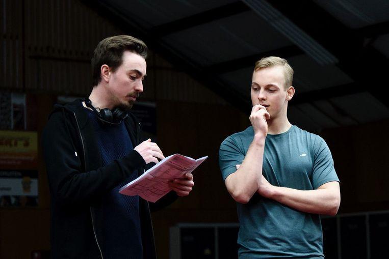 Regisseur Rogier Hesp (links) en turner David Wristers (links) op de set van 'Goud'.  Beeld Baldr Film
