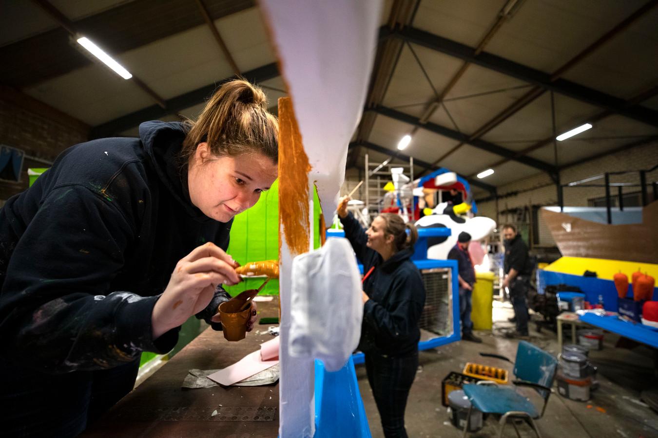 Leden van CV De Brassers bouwen aan hun carnavalswagen.