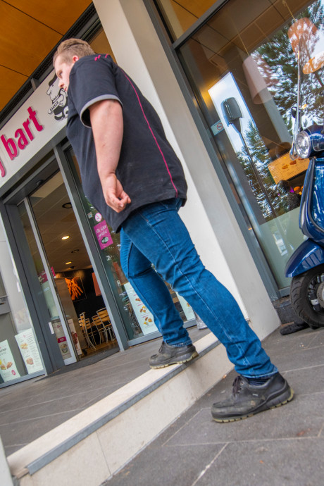 Stoep met hoogteverschillen in Apeldoorn: 'Het is wachten tot het een écht keer gruwelijk misgaat'