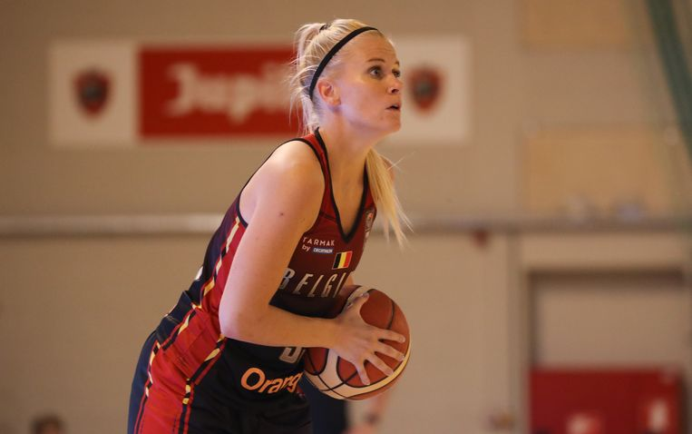 Julie Vanloo speelt basketbal bij  PEAC-Pécs in Hongarije, maar maakt ook deel uit van de Belgian Cats.