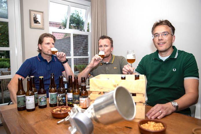 Thuisbrouwers proeven het gebrouwen bier. Vlnr Gerben van Leuken, Ruud van Hoof en Ton Wijnen.