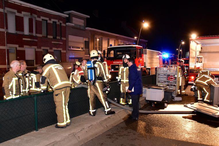 Om snel te kunnen werken, moest de brandweer de waterslangen over de omheining leggen die uitgerekend op die plek in de Westlaan is aangebracht.
