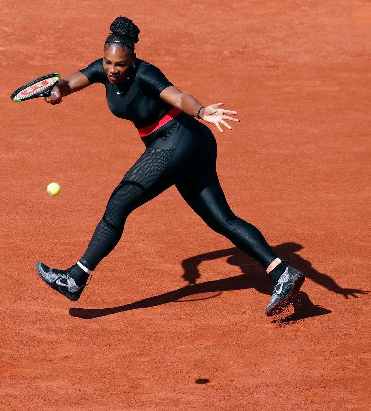 Serena Williams in haar catsuit tijdens het Roland Garros tennistoernooi, 29 mei 2018.   Beeld EPA