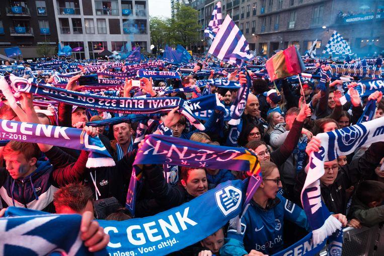 De fans bouwden een uitzinnig titelfeest, ze waren het delirium nabij toen de spelers op het podium op het stadsplein verschenen.