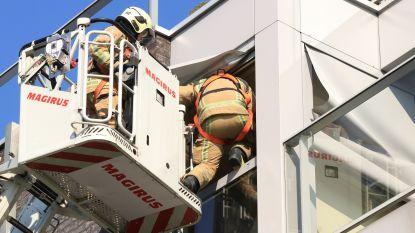 Brandweer slaat raam in om bewoonster na val te evacueren uit appartement