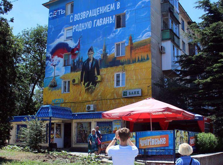 Een muurschildering van Poetin op een gebouw in Sebastopol. Beeld afp