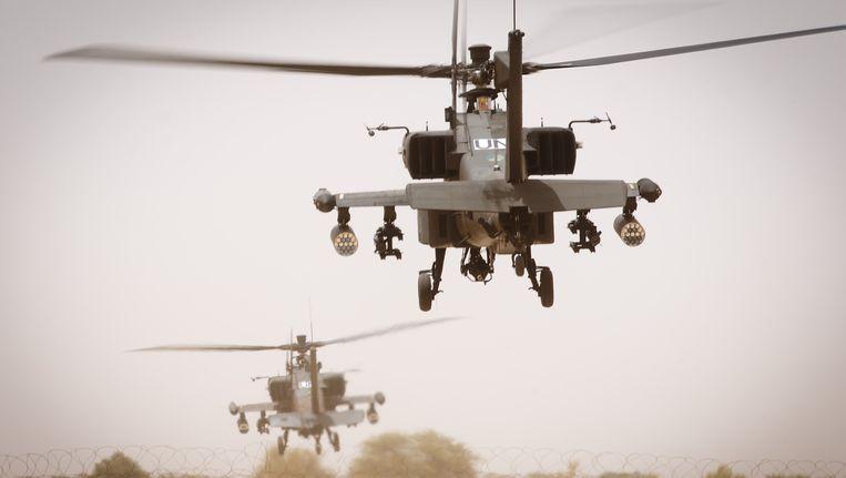Nederlandse Apache-helikopters stijgen op van het vliegveld van Gao. Beeld ANP