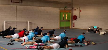 Brandweermannen op yogamat voor Australische collega's