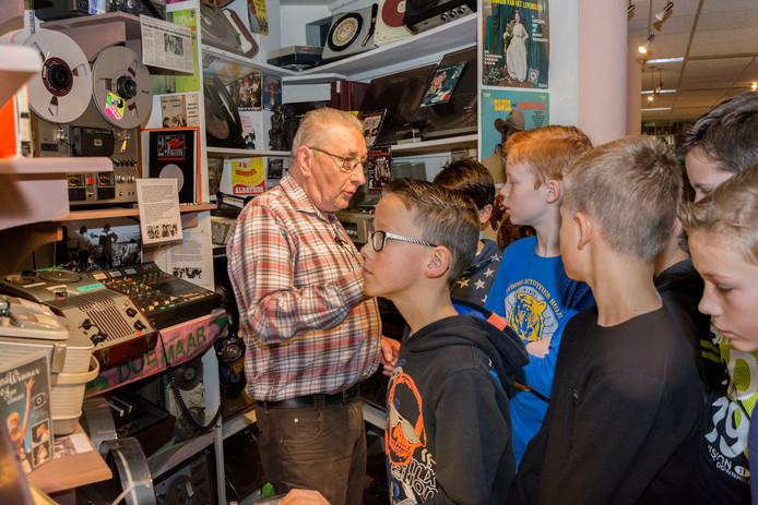 Leerlingen van Groep 8 van basisschool St. Lambertus uit Asten kijken hun ogen uit in Techniek met een Ziel, terwijl ze uitleg krijgen van Henk Joosten.