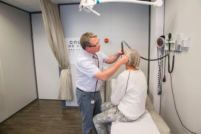 Een huisarts onderzoekt een patiënt op de huisartsenpost in Spijkenisse.