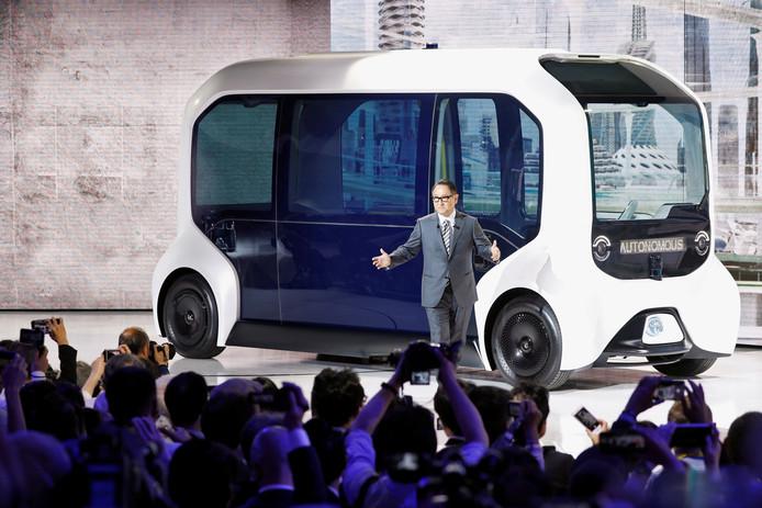 De president-directeur van de Toyota Motor Corporation, Akio Toyoda, presenteert de autonome Toyota e-Palette. Dit zelfrijdende busje wordt voor het eerst ingezet tijdens de Olympische Spelen van Tokio in 2020