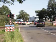 Riskante situatie op N35 na treinaanrijding bij Mariënheem, verkeer slalomt tussen gesloten spoorbomen door