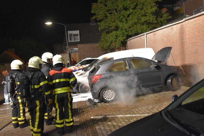 Twee naast elkaar geparkeerde auto's in vlammen op aan de Lage Wipstraat Zevenbergen