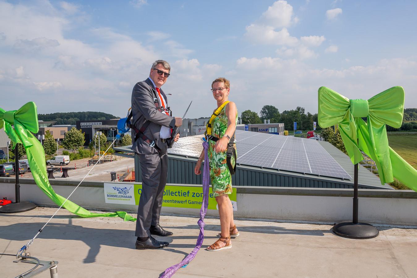 Wethouder Willem Posthouwer van de gemeente Zaltbommel en Antje van Ginneken op het eerste zonnedak van de Coöperatie Bommelerwaar in Gameren.