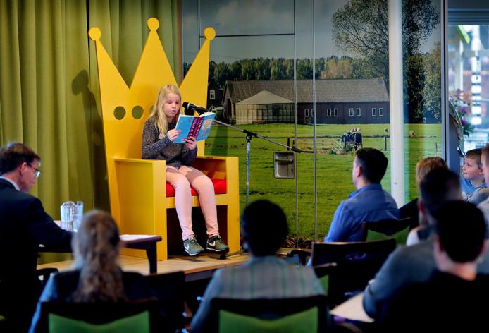 Op een speciale troonstoel mochten de schoolkampioenen voorlezen.