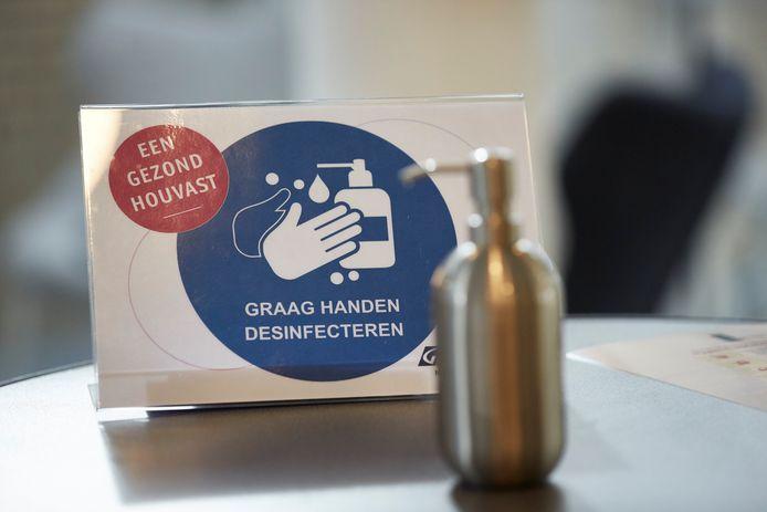 Pomp met handgel bij de GGD in Warnsveld, foto ter illustratie.