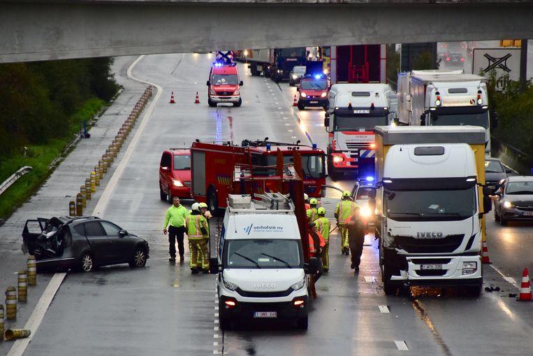 Door het ongeval was een tijdlang alleen de linkerrijstrook van de snelweg beschikbaar.