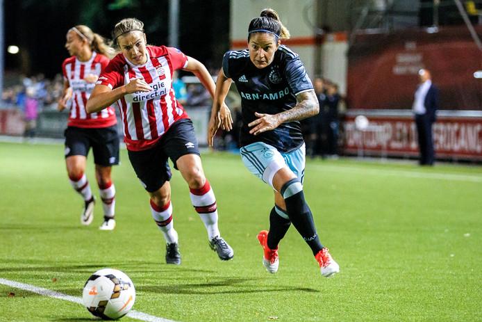 PSV-verdedigster Kim Mourmans in achtervolging op Ana Maria Romero.