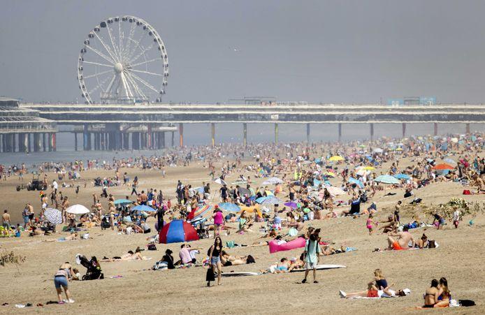 Drukte op het strand van Scheveningen op Hemelvaartsdag.