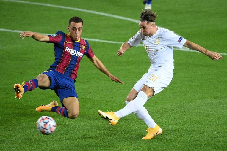 Dest en Robert Mak vorige week in het Champions League-duel tussen Barcelona en Ferencváros (5-1). Beeld AFP