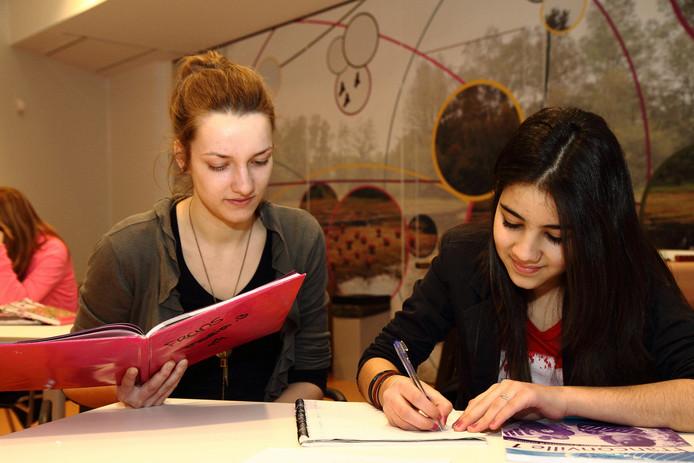 De stichting Onderwijsbegeleiding brengt nu ook in Oldenzaal en Losser studenten in contact met leerlingen uit gezinnen die het niet zo breed hebben en vastlopen op school.