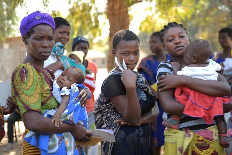 Vrouwen wachten met hun kinderen bij de Bereu-kliniek in Chikwawa op een inenting met het vaccin RTS,S. Beeld Thoko Chikondi