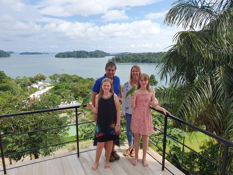 Diego, echtgenote Joyce en hun kinderen in hun hotel met formidabel uitzicht.