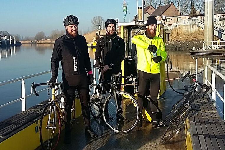 Jasper Dejonckheere, Toon Wybo en Jasper Delbecke deden vorig jaar onder meer de veerpont in Schellebelle aan tijdens hun sponsorrit
