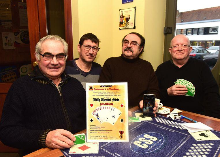 Willy toont trots zijn oorkonde met zijn vrienden Yves, Raymond en Polle.