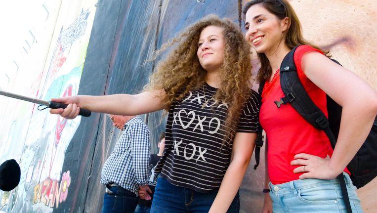 Natascha van Weezel met Ahed Tamimi, de 17-jarige Palestijnse activist die wereldnieuws werd. Beeld VPRO