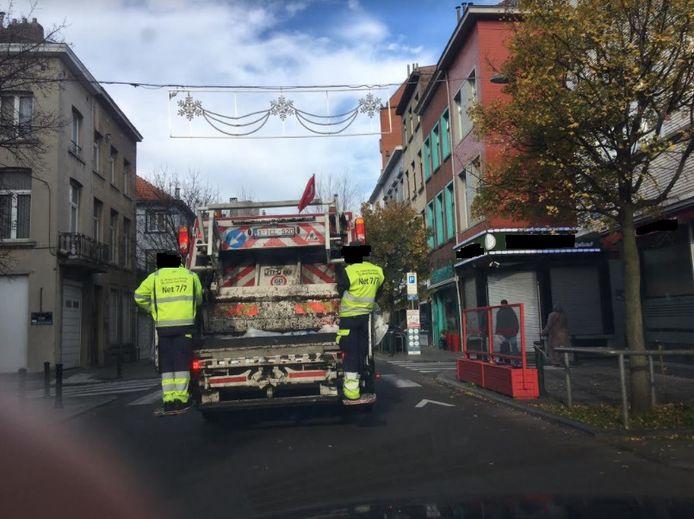De vuilniswagen met de Turkse vlag.