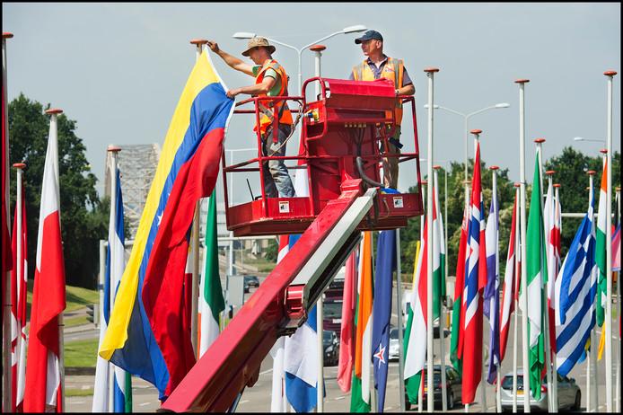 Op het Nijmeegse Traianusplein worden de vlaggen opgehangen van alle nationaliteiten die meedoen aan de Vierdaagse.